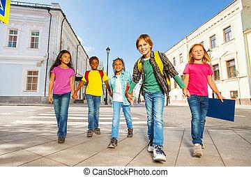 camminare, bambini, diversità, insieme, tenere mani