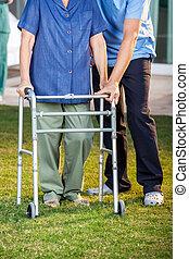 camminare, donna, custode, cornice, porzione, usando, anziano