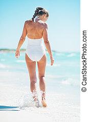 camminare, donna, giovane, seaside., vista posteriore