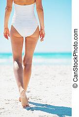 camminare, donna, giovane, spiaggia., vista posteriore