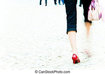 camminare, donna, -, stiletto, movimento, marciapiede, offuscamento, talloni, rosso