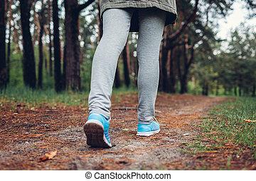 camminare, donna, turista, shoes., primavera, su, forest., concetto, viaggiare, chiudere, turismo