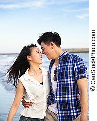 camminare, felice, spiaggia, coppia, giovane