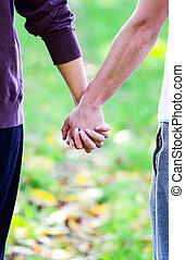 camminare, natura, coppia, mentre, closeup, tenere mani