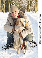 camminare, nevoso, terreno boscoso, cane, attraverso, uomo