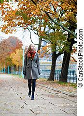 camminare, parco, ragazza, giorno, cadere