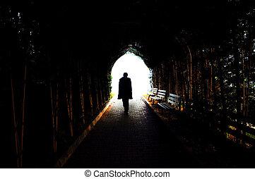 camminare, solitario, tunnel, luce, scuro, attraverso, uomo