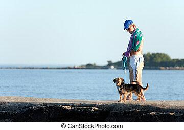 camminare, suo, cane, di mezza età, uomo