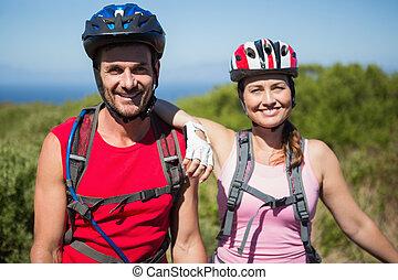 campagne, couple, actif, cyclisme, sourire, appareil photo