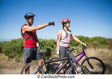 campagne, couple, actif, devant, regarder, cyclisme