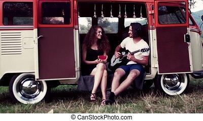 campagne, couple, guitar., jeune, roadtrip, par, dehors, jouer