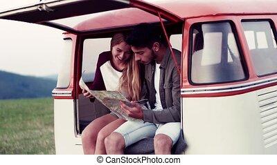 campagne, couple, map., jeune, roadtrip, regarder travers