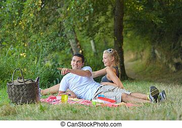 campagne, couple, pique-nique, avoir