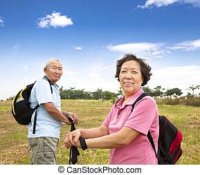 campagne, couples aînés, asiatique, randonnée