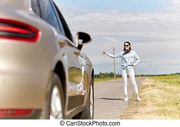 campagne, femme voiture, auto-stop, arrêt