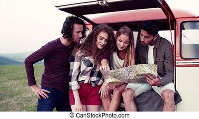 campagne, map., jeune, roadtrip, regarder travers, amis