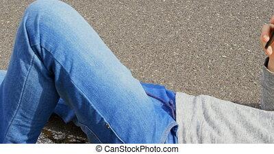 campagne, téléphone, mobile, soleil, route, utilisation, caucasien, homme souriant, 4k, gros plan, jeune