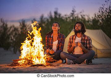 campamento, campfire, pareja