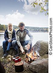 campamento, lakeside, pareja, preparando, durante, hoguera