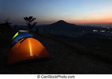 campamento, tiendas, en, crepúsculo, tiempo