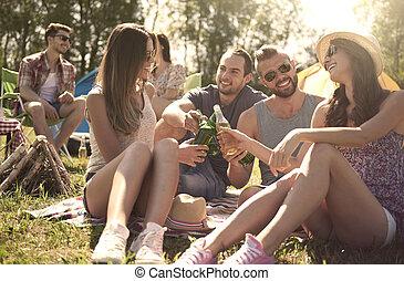 campeggio, con, amici, su, il, lago