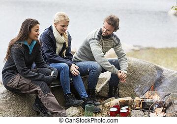 campeggio, seduta, parlare, mentre, roccia, durante, amici