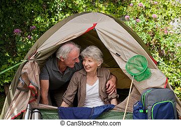 camper couples, jardin, heureux