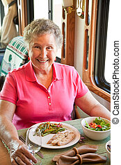 camping car, femme aînée, dîner
