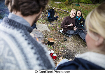 camping, couple, regarder, pendant, amis, heureux