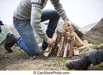 camping, lakeside, bois brûler, arrangement, feu, homme