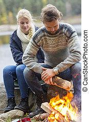 camping, lakeside, couple, préparer, pendant, feu