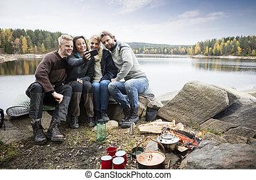 camping, lakeside, prendre, portrait, amis, soi