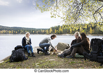 camping, lakeside, regarder, préparer, amis, feu, homme