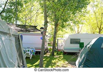 camping, zelte, wohnwagen, in, grüne bäume, draußen