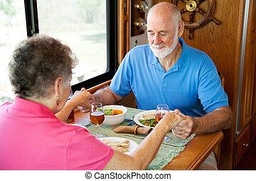 campingbus, ältere, -, essenszeit, gebet