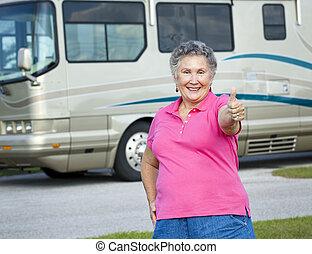 campingbus, ältere frau, -, daumen hoch