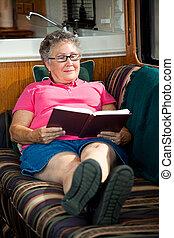 campingbus, ältere frau, lesende