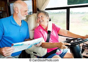 campingbus, ältere, lesende , landkarte
