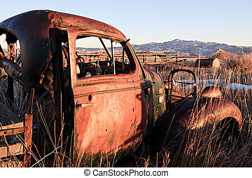 campo, automobile abbandonata