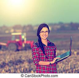 campo, computador portatil, mujer