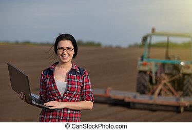 campo, computador portatil, niña, tractor, granjero