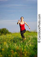 campo, executando, mulher, pôr do sol