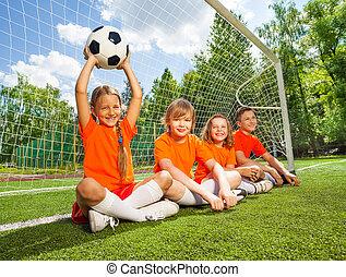 campo, fútbol, niños, juntos, sentarse