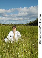 campo, medita, homem jovem