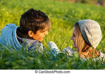 campo, pareja, pasto o césped, colocar, sunset.