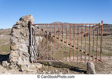 campo, portão aberto