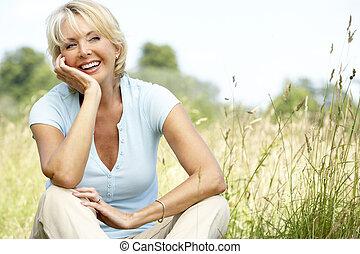 campo, retrato, mujer, maduro, sentado
