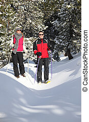 campo través, emparéjese esquiando