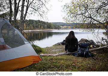 campsite, lago, hiker, femininas, desfrutando, vista