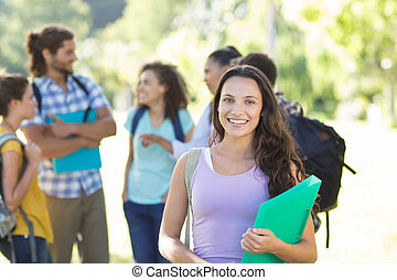 campus, kolegium, uśmiechanie się, studenci